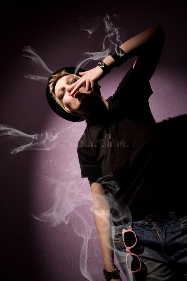 женщина дыма сигареты красотки стоковая фотография rf