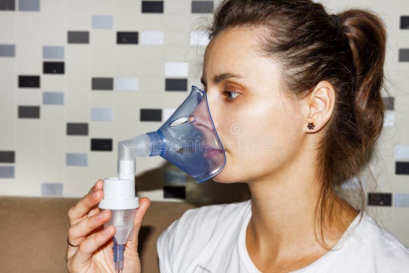 Женщина дышает в крупный план маски ингалятора Обработка coughi стоковые фото