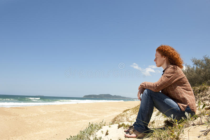 женщина дюн задумчивая сидя стоковые изображения rf
