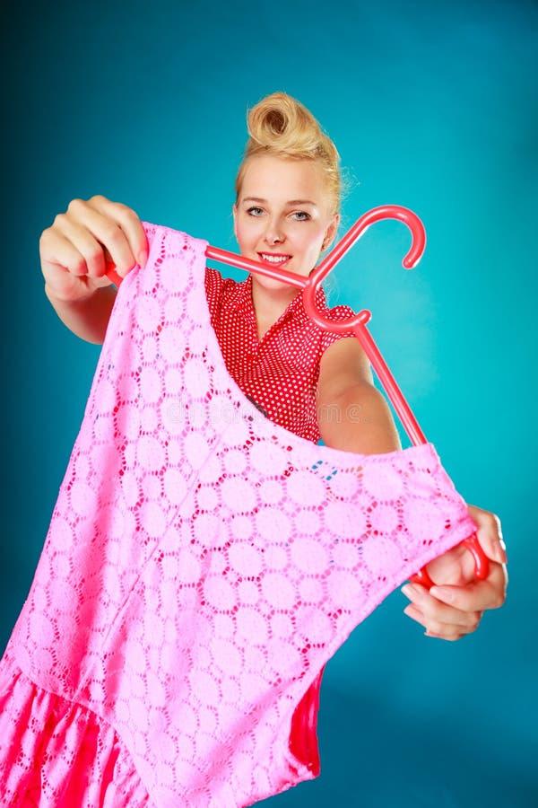 Женщина девушки Pinup покупая розовое платье сбывание стоковое фото