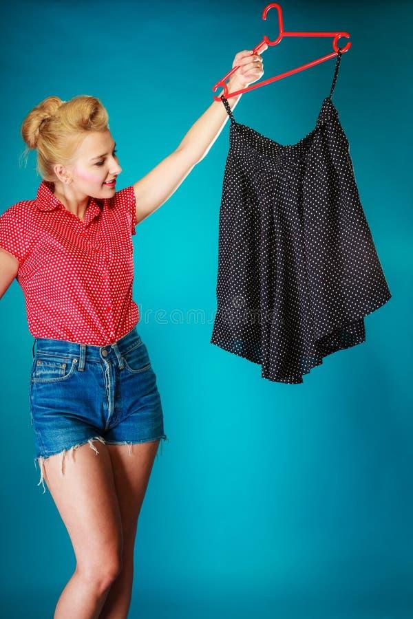 Женщина девушки Pinup покупая черную юбку сбывание стоковое фото rf