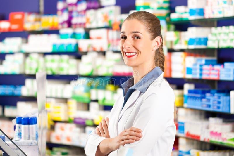 женщина ее фармация аптекаря стоковые фото