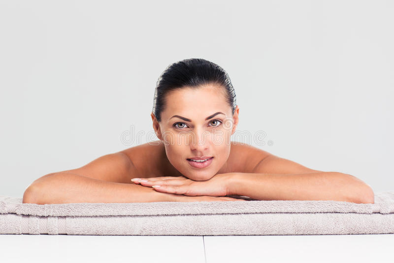 Женщина лежа на lounger массажа стоковые изображения rf