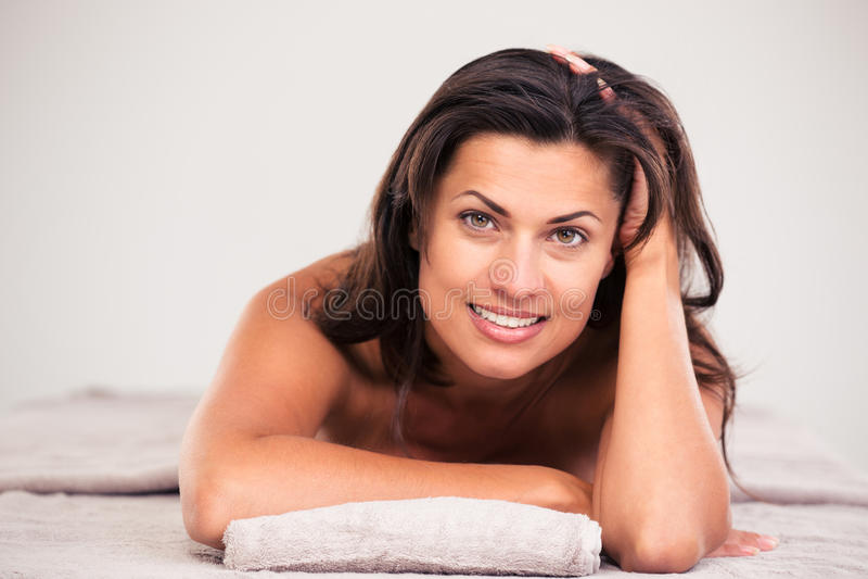 Женщина лежа на lounger массажа стоковое фото
