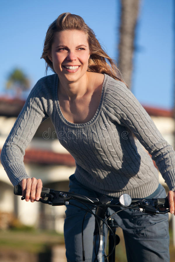 женщина езды bike стоковые изображения rf
