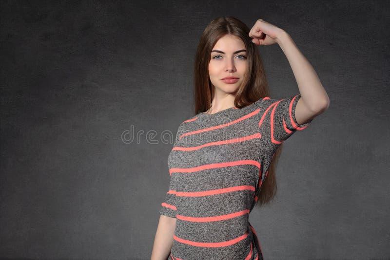 Женщина демонстрирует что она сильна стоковые фото