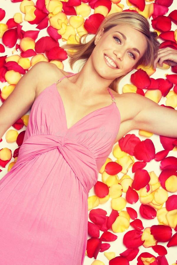 Женщина лепестков розы стоковое фото rf