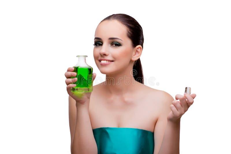 Женщина держа бутылку зеленого дух стоковая фотография rf