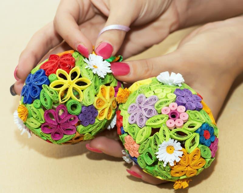 Download Женщина держа в руках 2 красочных пасхального яйца Стоковое Изображение - изображение насчитывающей яркое, праздники: 37926445