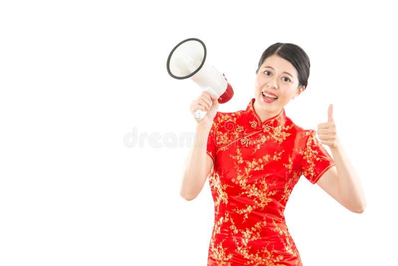 Женщина держа громкоговоритель и большие пальцы руки вверх стоковые изображения