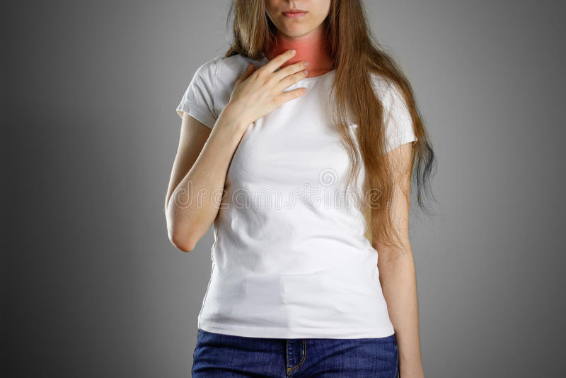 Женщина держа его горло боль шеи кашлей Больное poin стоковые фотографии rf