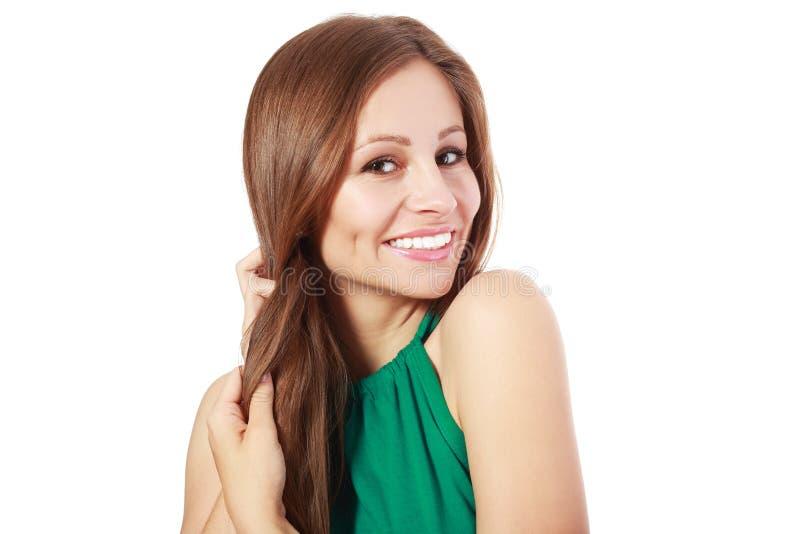 Женщина держа ее сильные волосы стоковое фото rf