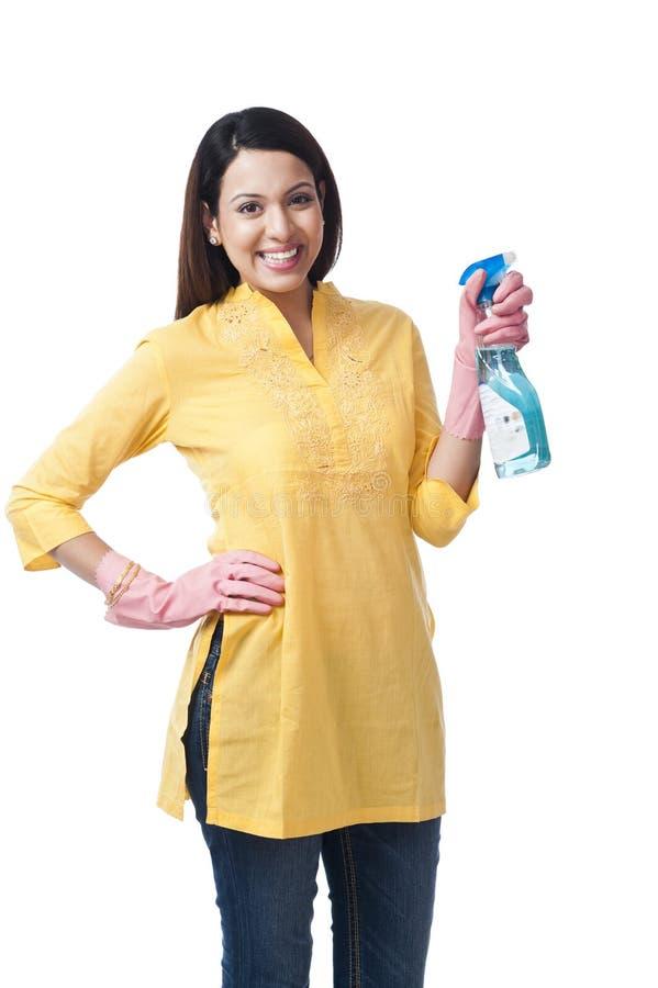 Женщина держа жидкость для чистки стоковая фотография