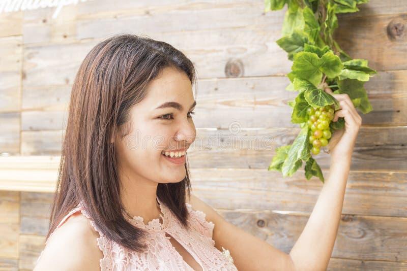 Женщина держа зрелый пук виноградин стоковое фото