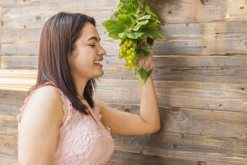 Женщина держа зрелый пук виноградин стоковые изображения