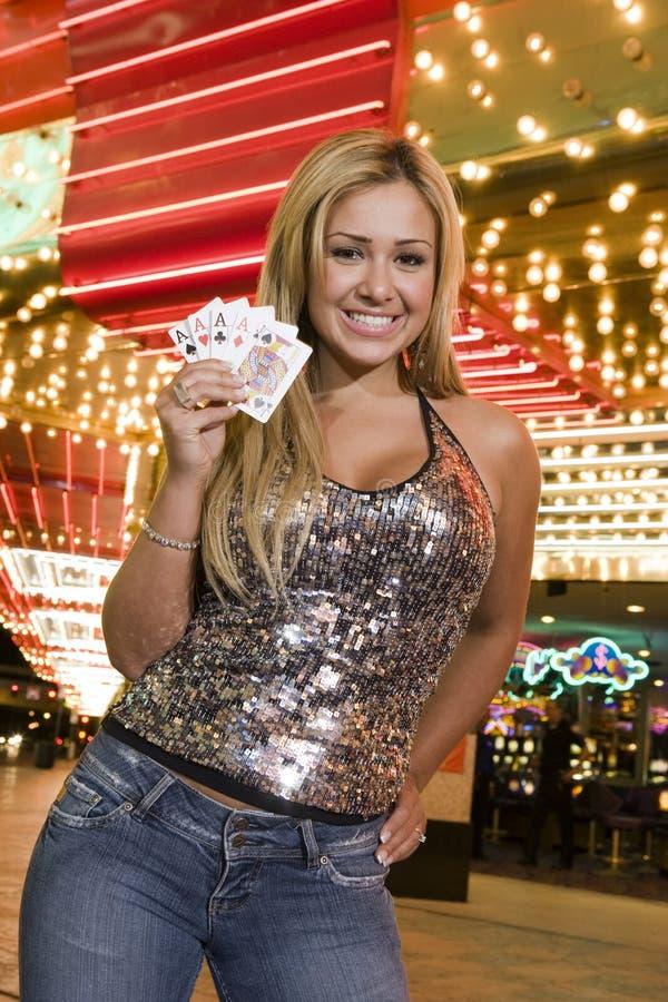 Женщина держа играя карточки стоковые изображения rf