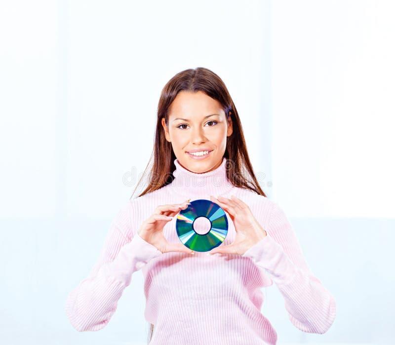 Женщина держа диск компактного диска стоковое изображение rf