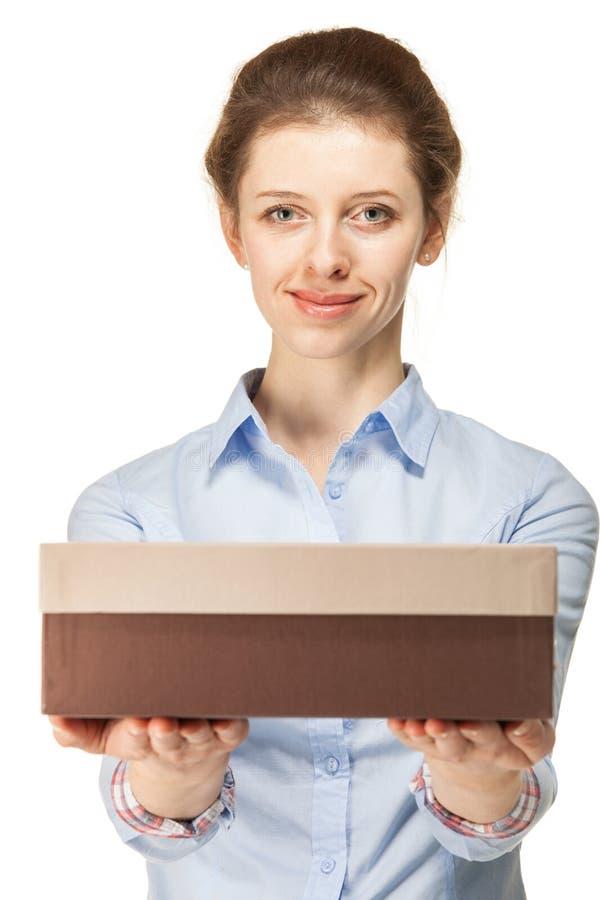 Женщина держа картонную коробку стоковые изображения rf