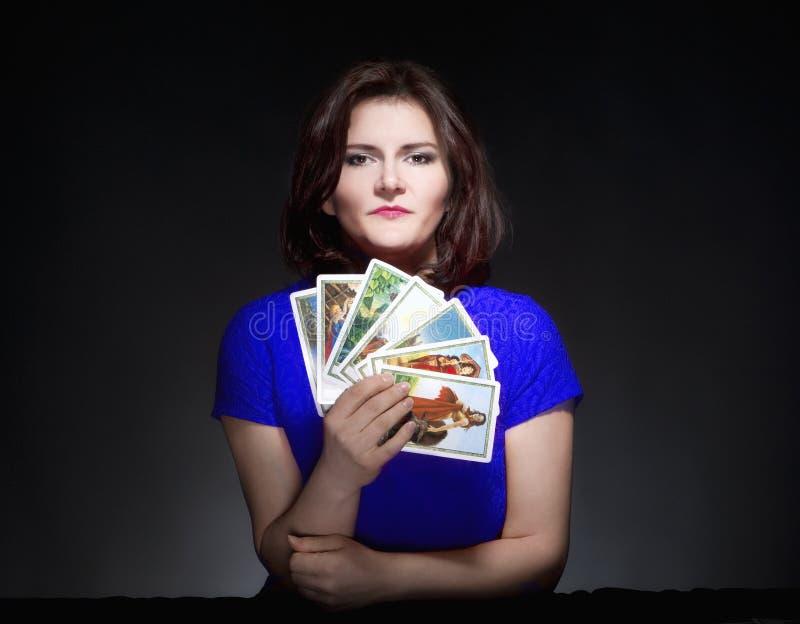 Женщина держа карточки Tarot стоковое изображение