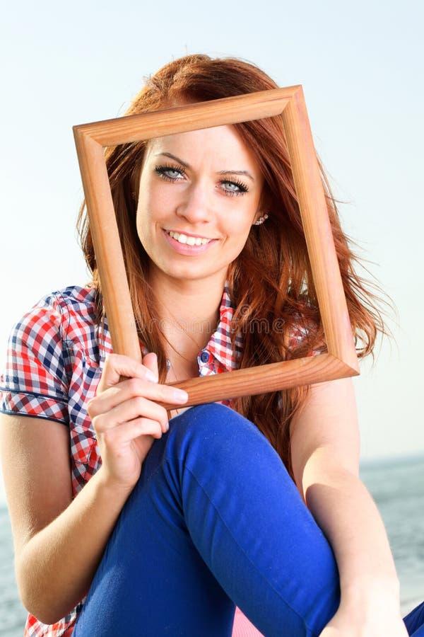 Женщина держа концепцию перемещения рамки стоковое фото rf