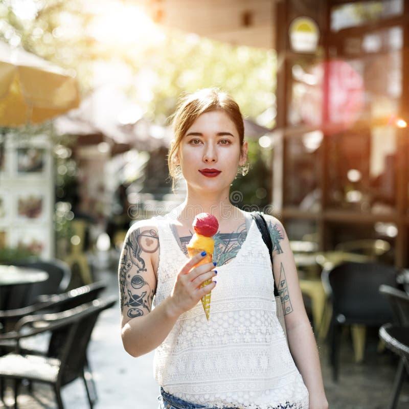 Женщина держа концепцию релаксации мороженого Outdoors вскользь стоковая фотография rf