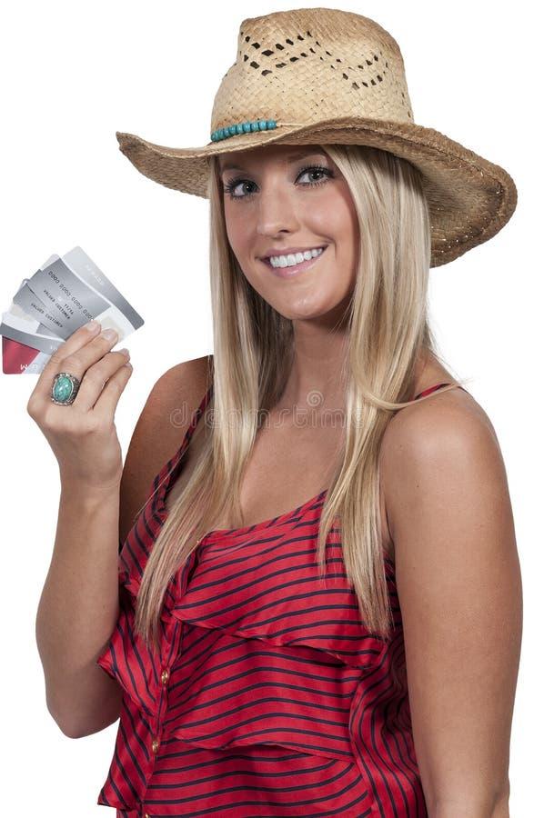 Женщина держа кредитные карточки стоковое изображение