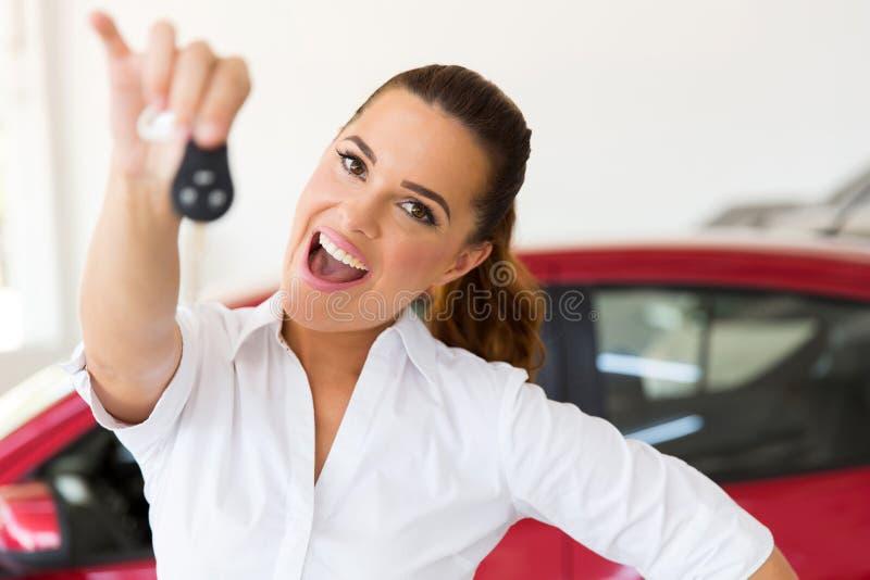 Женщина держа ключ автомобиля стоковые изображения