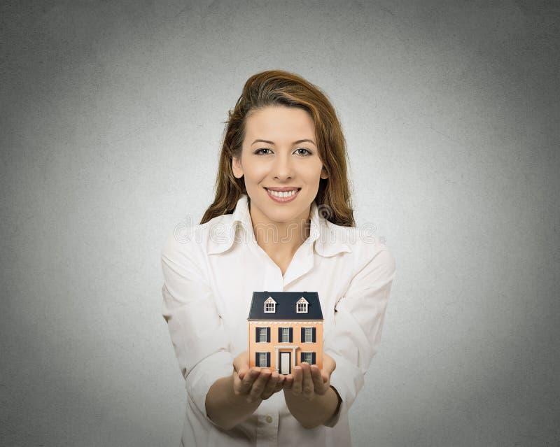 Женщина держа маленькую модель дома стоковое фото rf