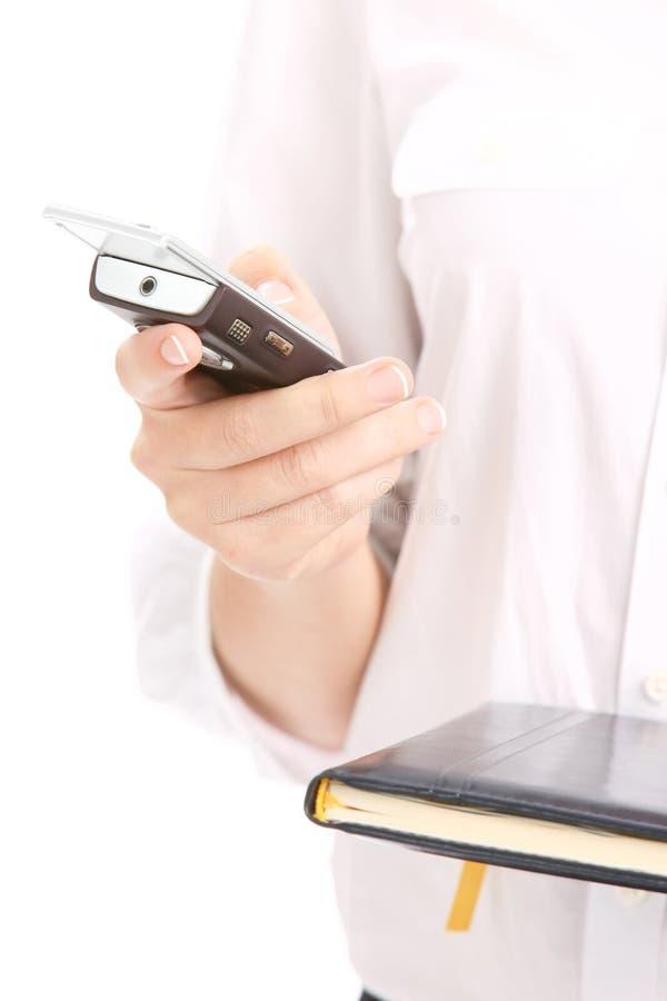 Женщина держа мобильный телефон стоковая фотография rf