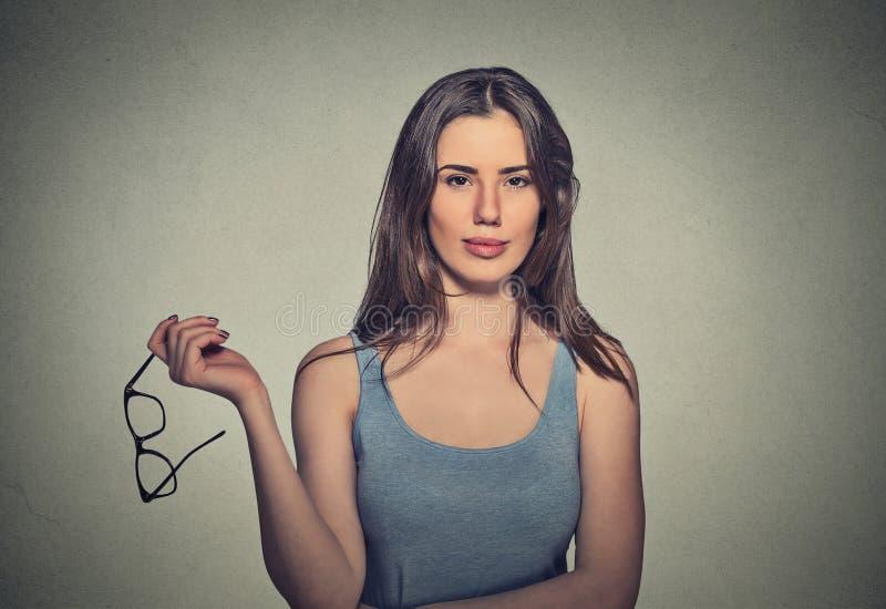 Женщина держа пары стекел ей больше стоковые фото