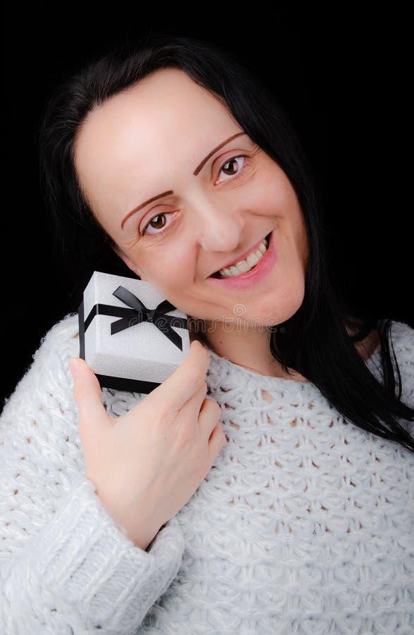 Женщина держа подарочную коробку стоковые изображения rf