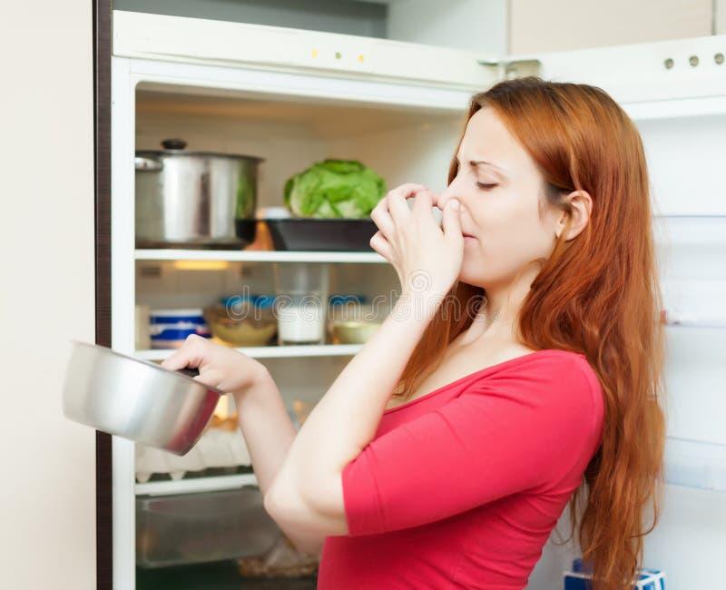 Женщина держа протухшую еду стоковое изображение