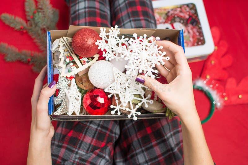 Женщина держа раскрытую коробку украшения рождества стоковые изображения
