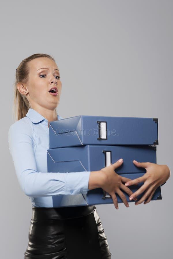 Женщина держа связыватели стоковые фото