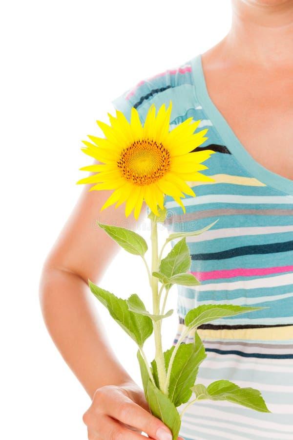 Женщина держа солнцецвет стоковые изображения rf