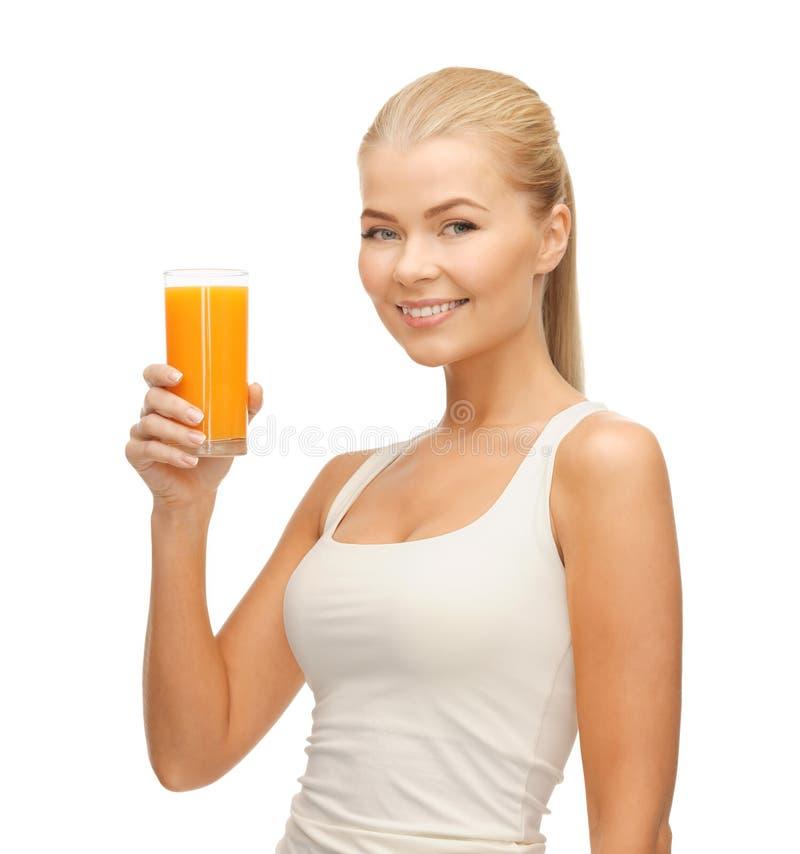 Женщина держа стекло апельсинового сока стоковые фото