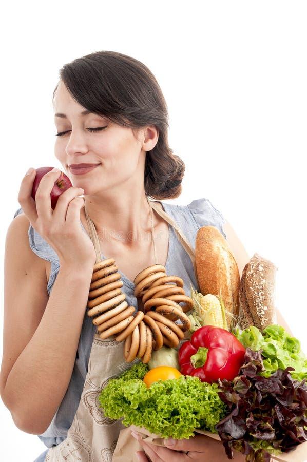 Женщина держа сумку посещения магазина бакалеи с едой стоковая фотография rf
