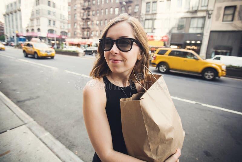 Женщина держа хозяйственную сумку в Soho, Манхаттане, Нью-Йорке стоковое изображение rf