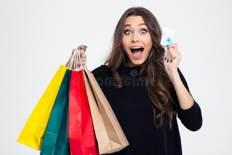 Женщина держа хозяйственные сумки и карточку банка стоковое изображение rf