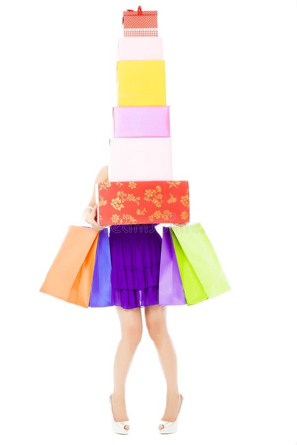 Женщина держа хозяйственные сумки и подарочные коробки стоковое изображение rf