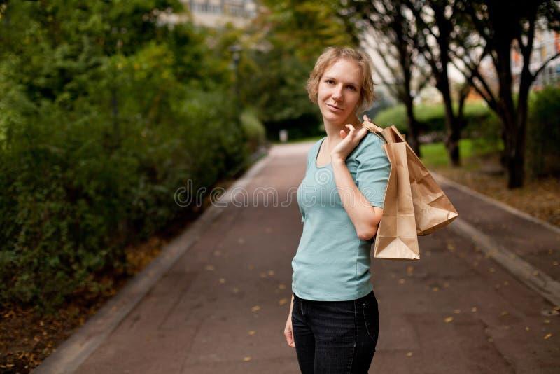 Женщина держа хозяйственные сумки стоковое изображение