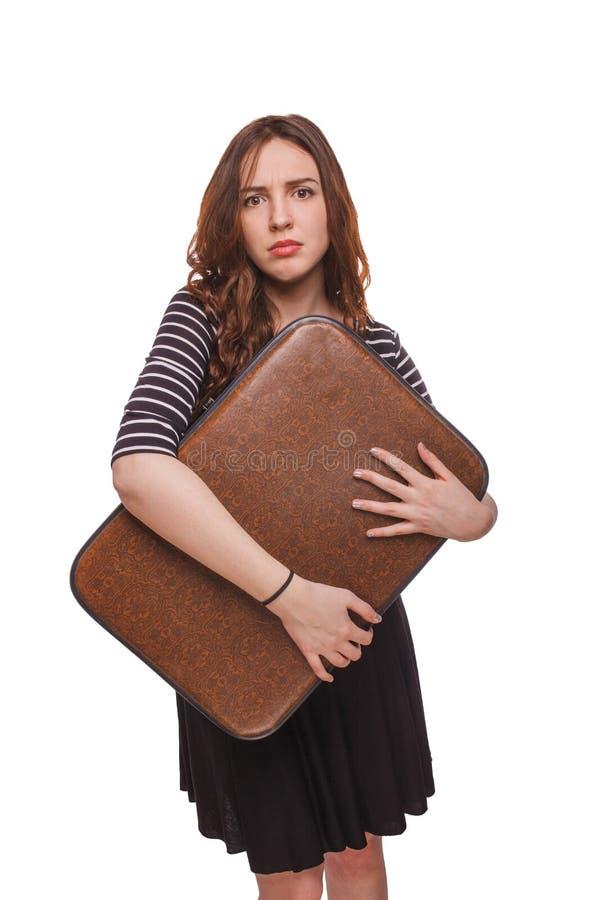 Женщина держа чемодан в руках изолировала белизну стоковое фото rf