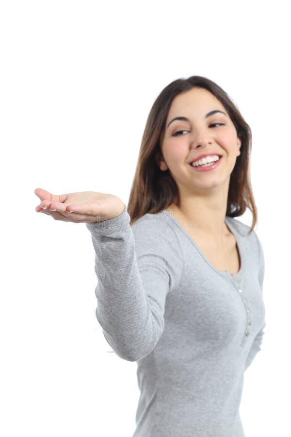 Женщина держа что-то от ее руки стоковое изображение rf