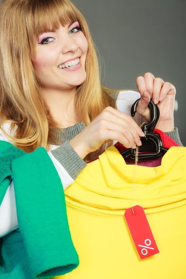 Женщина держа ярлык скидки Продажа и розница стоковая фотография