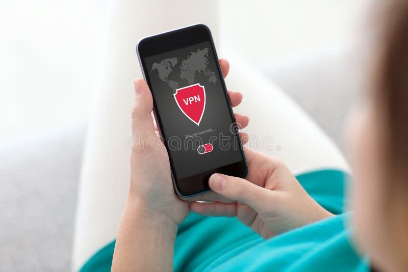 Женщина держа protecti протоколов интернета творения vpn app телефона стоковые фото