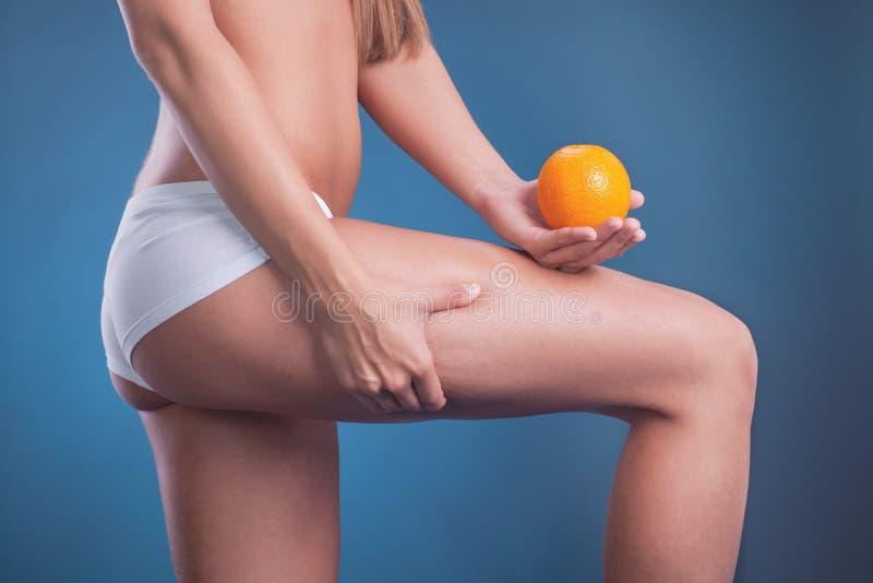 Женщина держит в апельсине руки, здоровой концепции образа жизни стоковая фотография