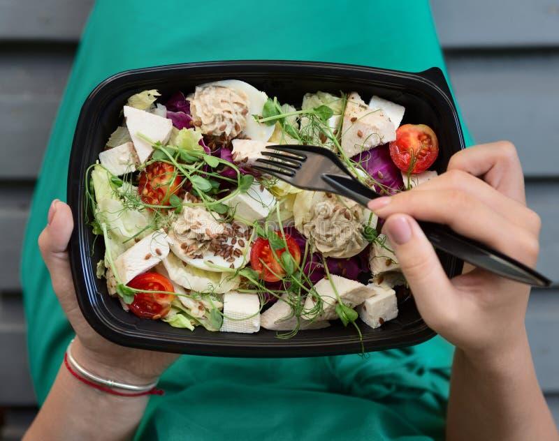 Женщина есть здоровую еду на времени обеда стоковое фото rf