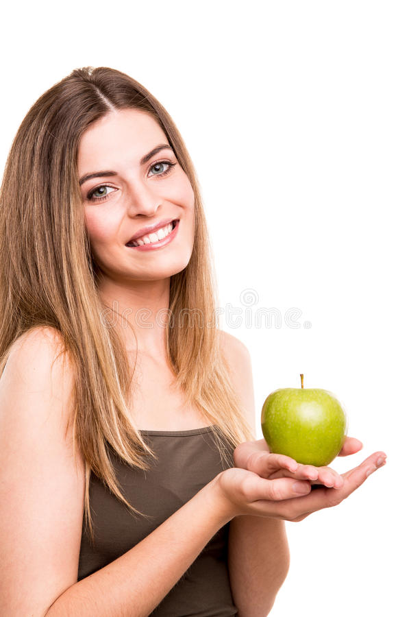 Женщина есть зеленое яблоко стоковое изображение