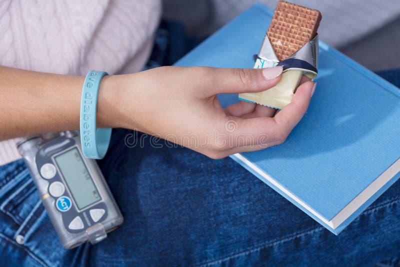 Женщина есть диабетическую закуску стоковая фотография