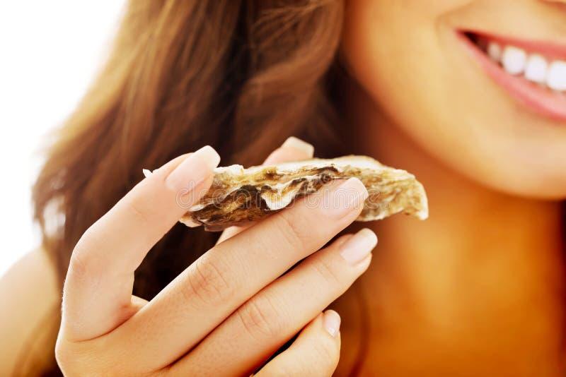 Женщина есть моллюска стоковая фотография rf